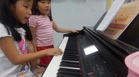 Bé học piano